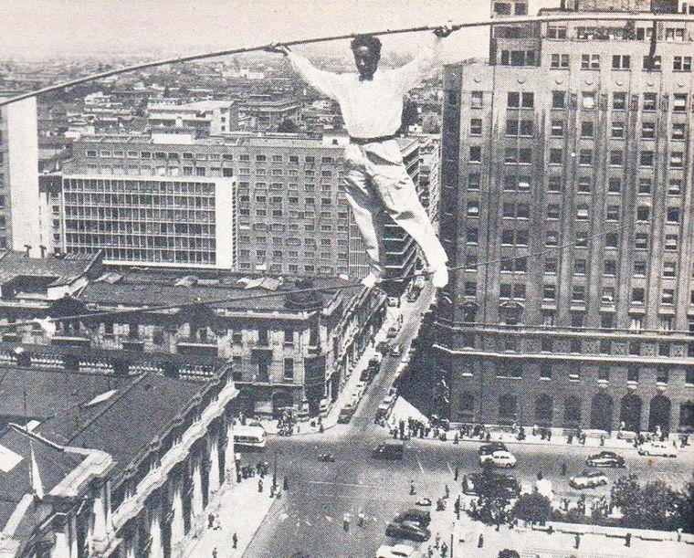 Thumb equilibrista sobre la plaza de la constituci n de santiago  a o 1957